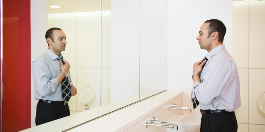 Terilihat Cantik di Depan Cermin Ternyata Menipu